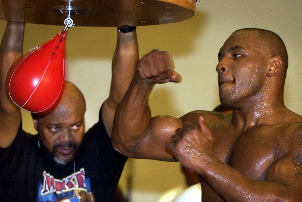 тренировка боксера на мешке