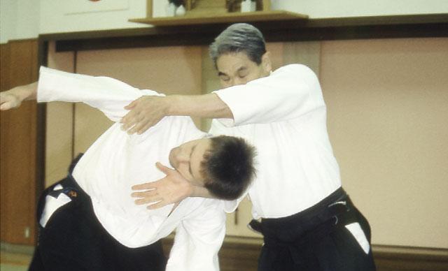 https://members.aikidojournal.com/wp-content/uploads/2012/11/shoji-nishio-headlock2.jpg