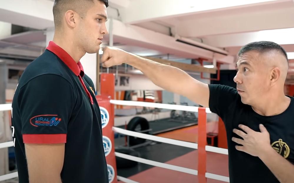 поставить нокаутирующий удар в боксе